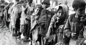 Geçmişte yaşanan insan hakları ihlalleri, zulüm, baskı ve işkencelere bir daha asla demek için ve geçmişle yüzleşip hatalardan dolayı özür dilemek amacıyla bir sergi düzenleniyor. Resimde savaş ortamında hak ihlalleriyle karşılaşan ve üstü başı yırtık pırtık, aç bilaç kuyrukta belki bir lokma ekmek verilmesini bekleyen çocuklar görülüyor.