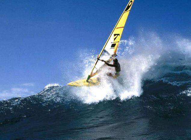 yelkencilik ve sörf sporu, su sporlarından olmakla birlikte adrenalin sporları arasında yer alır
