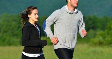 spor yapmak çok faydalıdır. Resimdeki kız ve erkek koşarken vücutlarının neredeyse tüm fonksiyonlarını kullanıyorlar