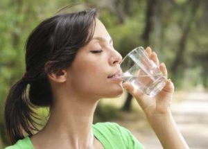 su içmek sağlık açısından çok önemli, resimde su içen kız