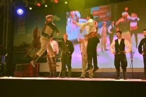 katibim-festivali-uskudar-sahnede-erkekler-karsilama-oynuyorken