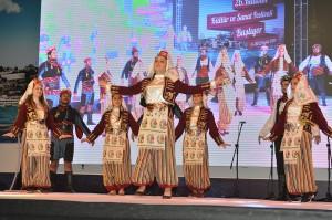 katibim-festivali-uskudar-sahnede-kizlar-karsilama-oynarken