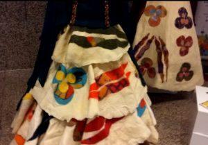 Üniversiteli tasarımcılardan yeni yorum: Keçe bayan elbisesi