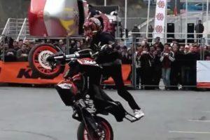 Motosiklet cambazının harika gösterisi