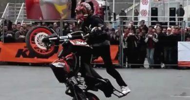 motosiklet akrobasi gösterisi, cambazlık, tehlikeli hareketler